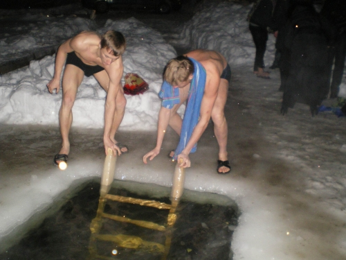 Крещенские купания в проруби на озере Шарташ (2011 год)