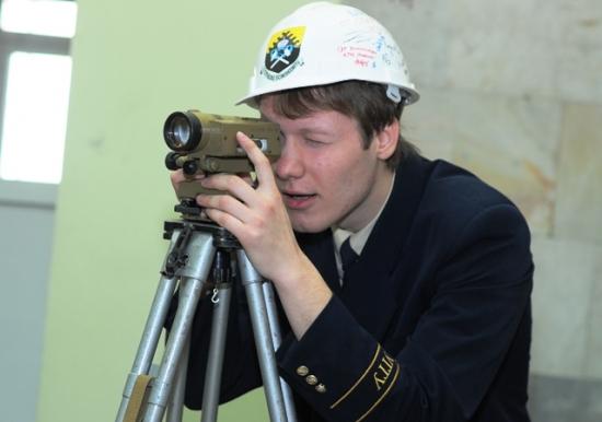 Студент Горного с нивелиром